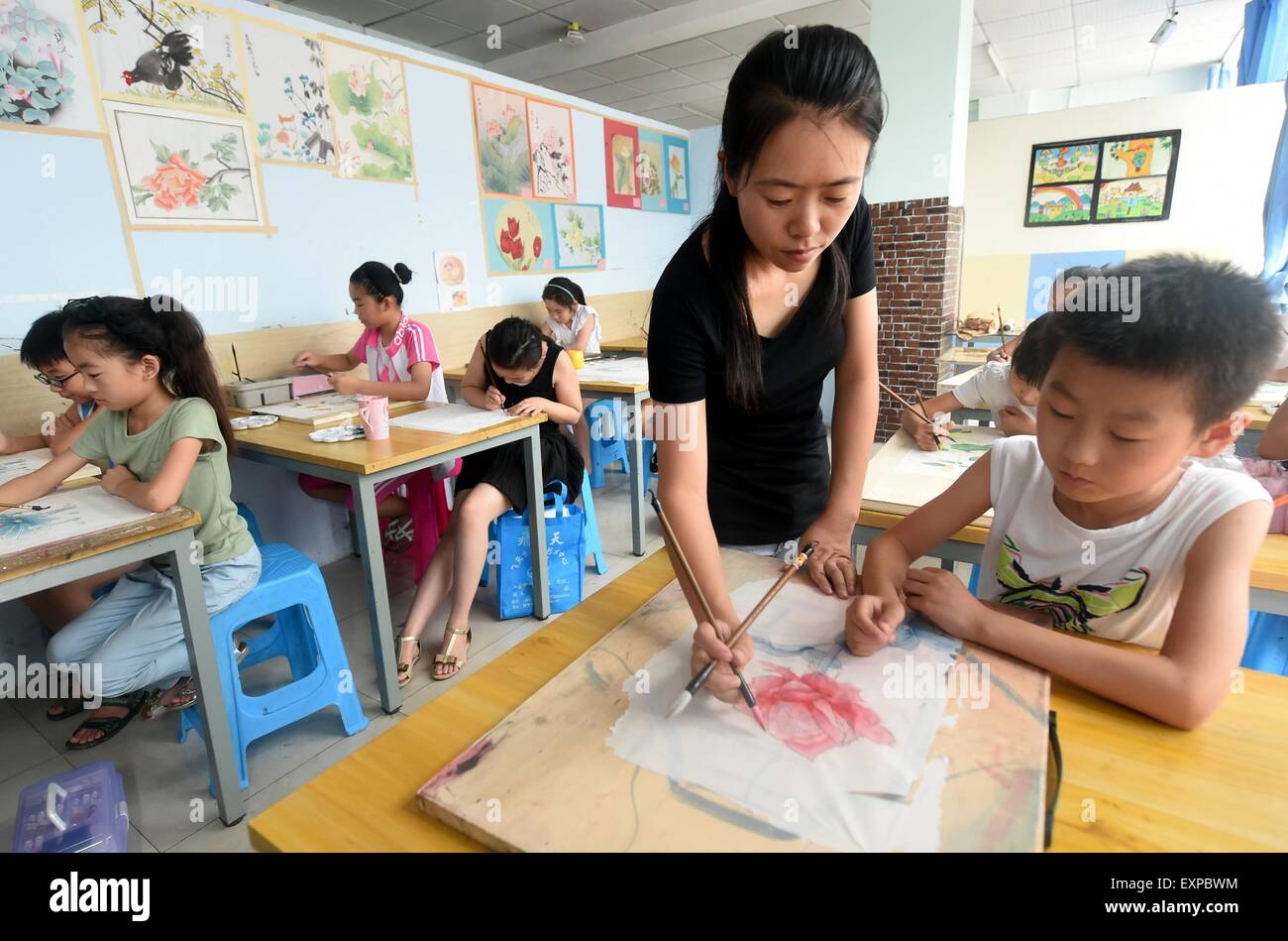 (150716) -- BAZHOU, July 16, 2015 (Xinhua) -- Children learn to paint at an interest class in Shengfang Township - Stock Image