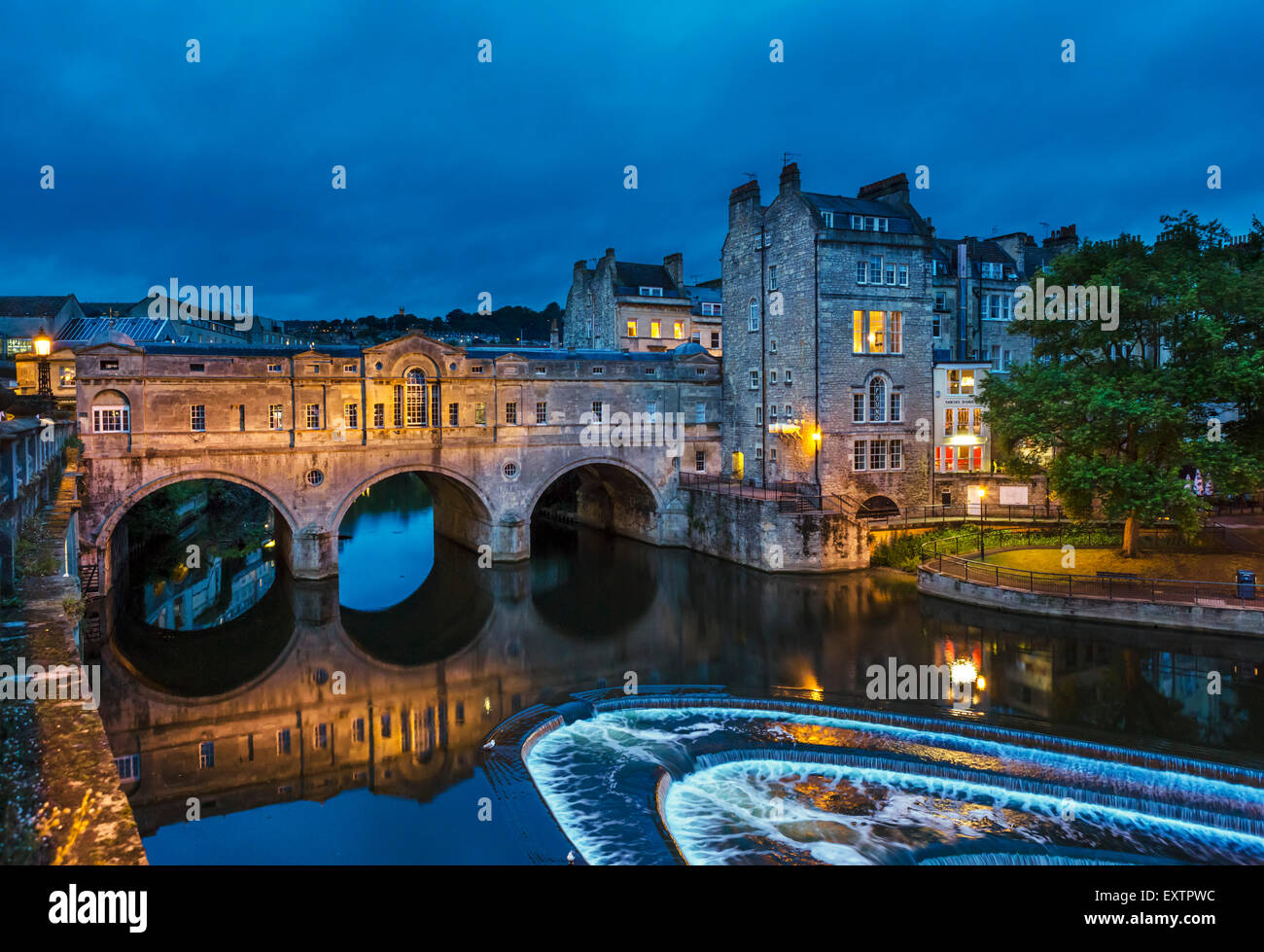 Night shot of the historic 18thC Pulteney Bridge over the River Avon in the historic city centre, Bath, Somerset, Stock Photo