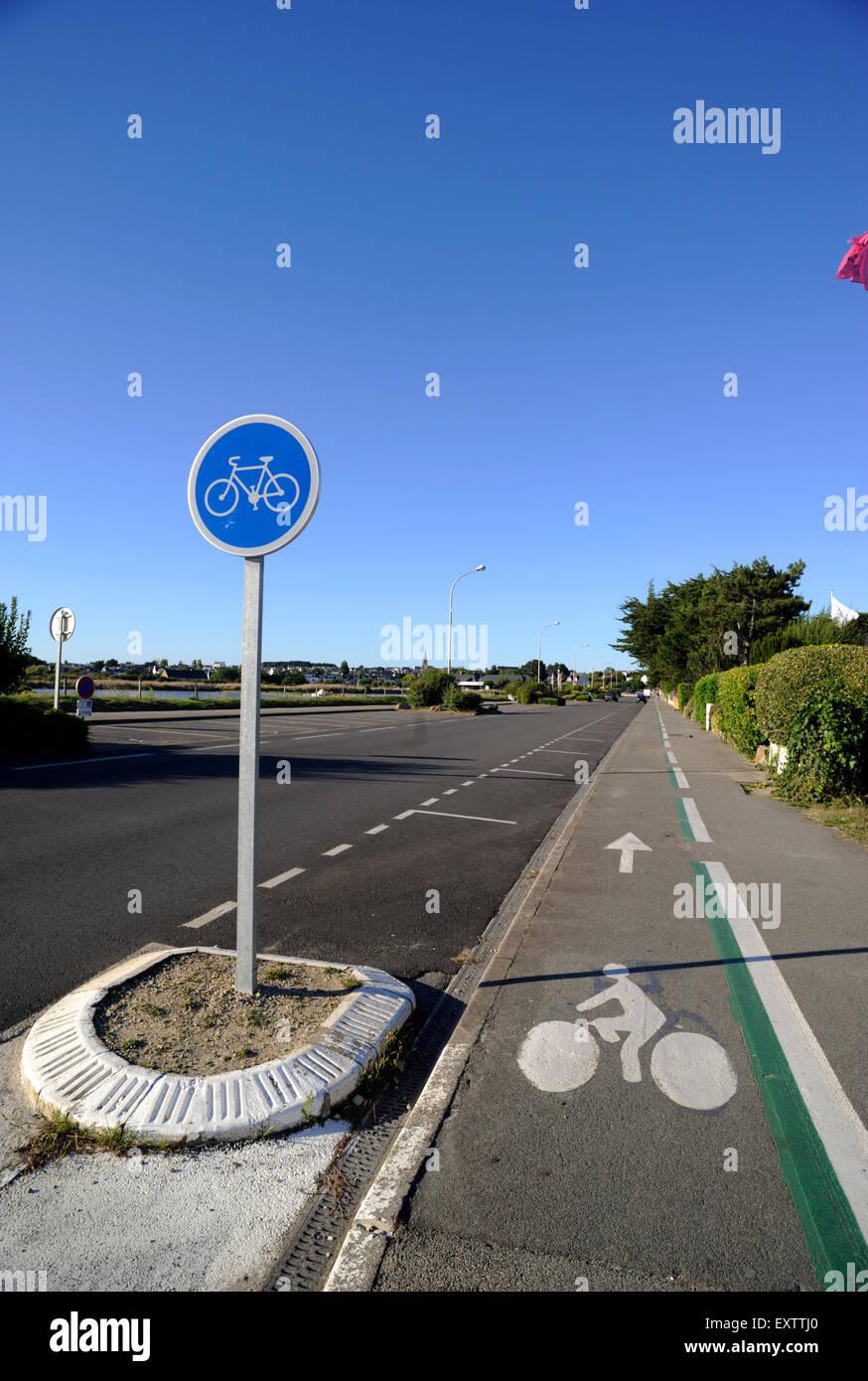 france, brittany (bretagne), morbihan, carnac, cycle lane - Stock Image