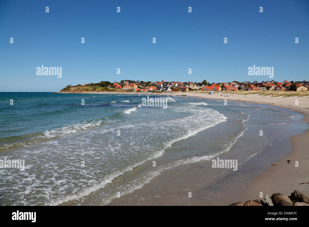 Surf at Hundested Beach on a summer's day, to the left the 30m cliff Spodsbjerg also housing the historic  redoubt - Stock Image