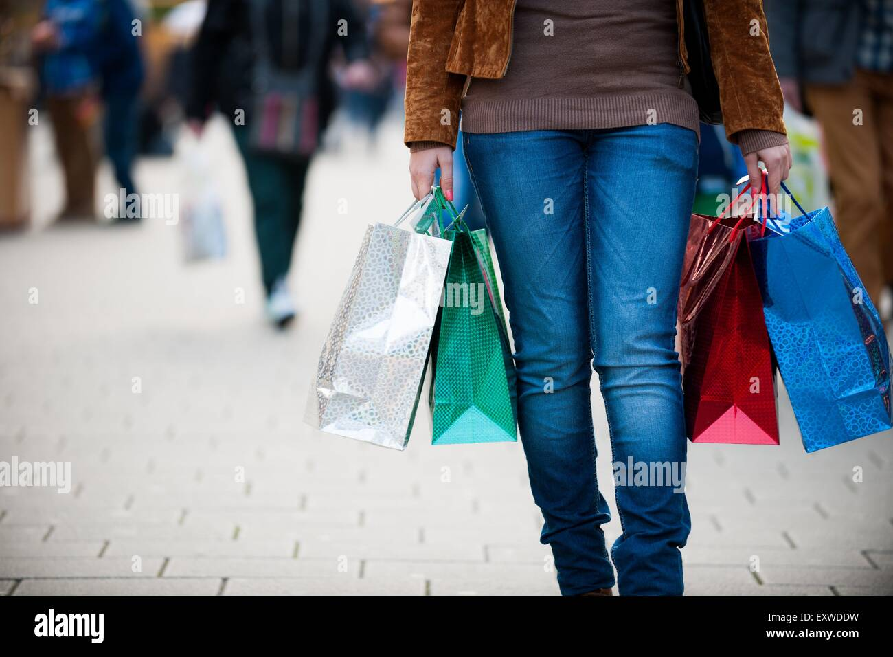 Young woman shopping in the city - Stock Image