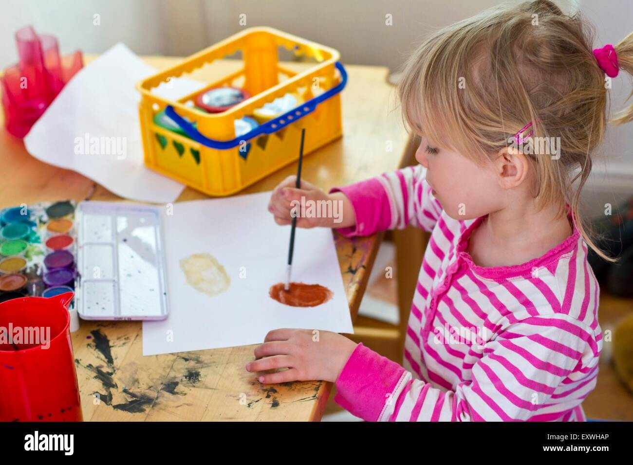 Girl painting a picture - Stock Image