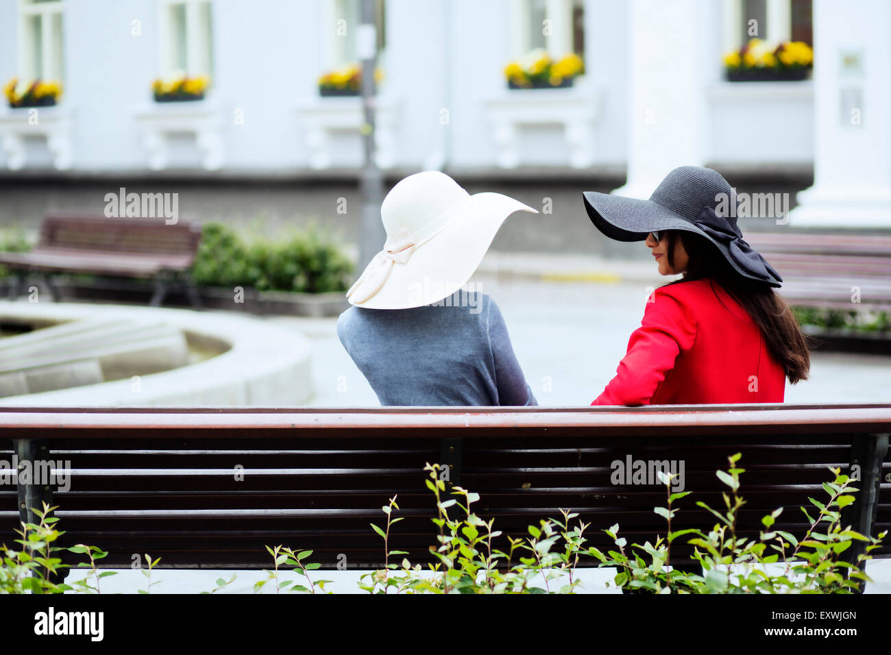 Female couple backs and their retro hats - Stock Image