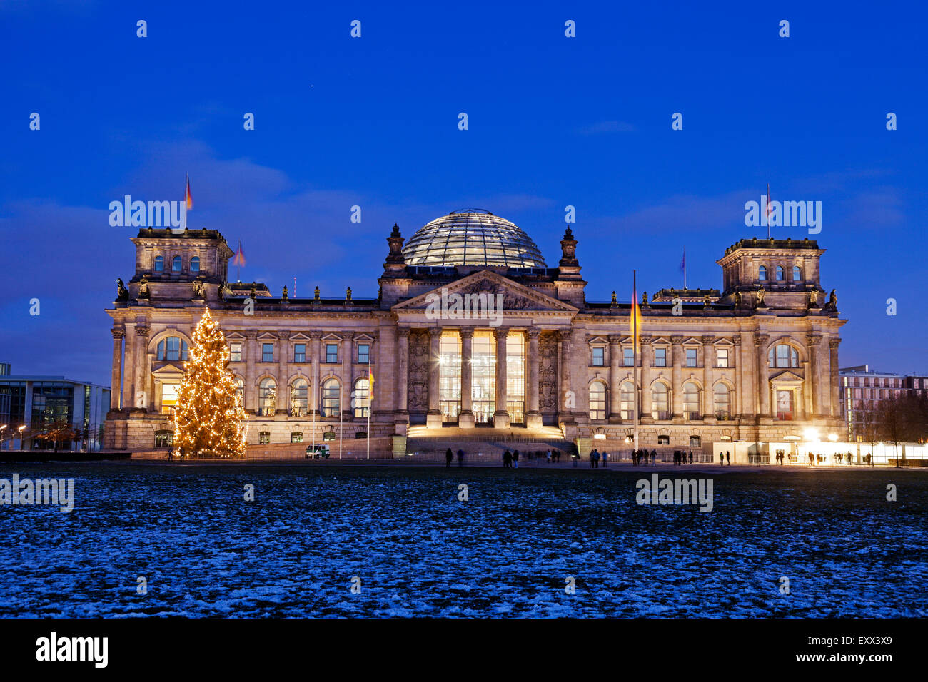 Illuminated Bundestag building and snowy lawn - Stock Image