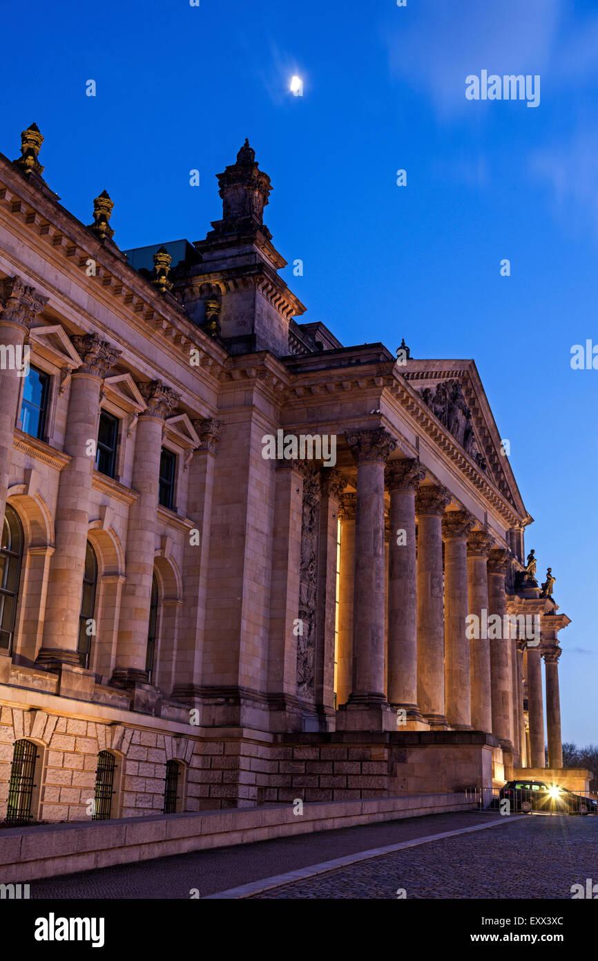 Moon over Bundestag building at dusk - Stock Image