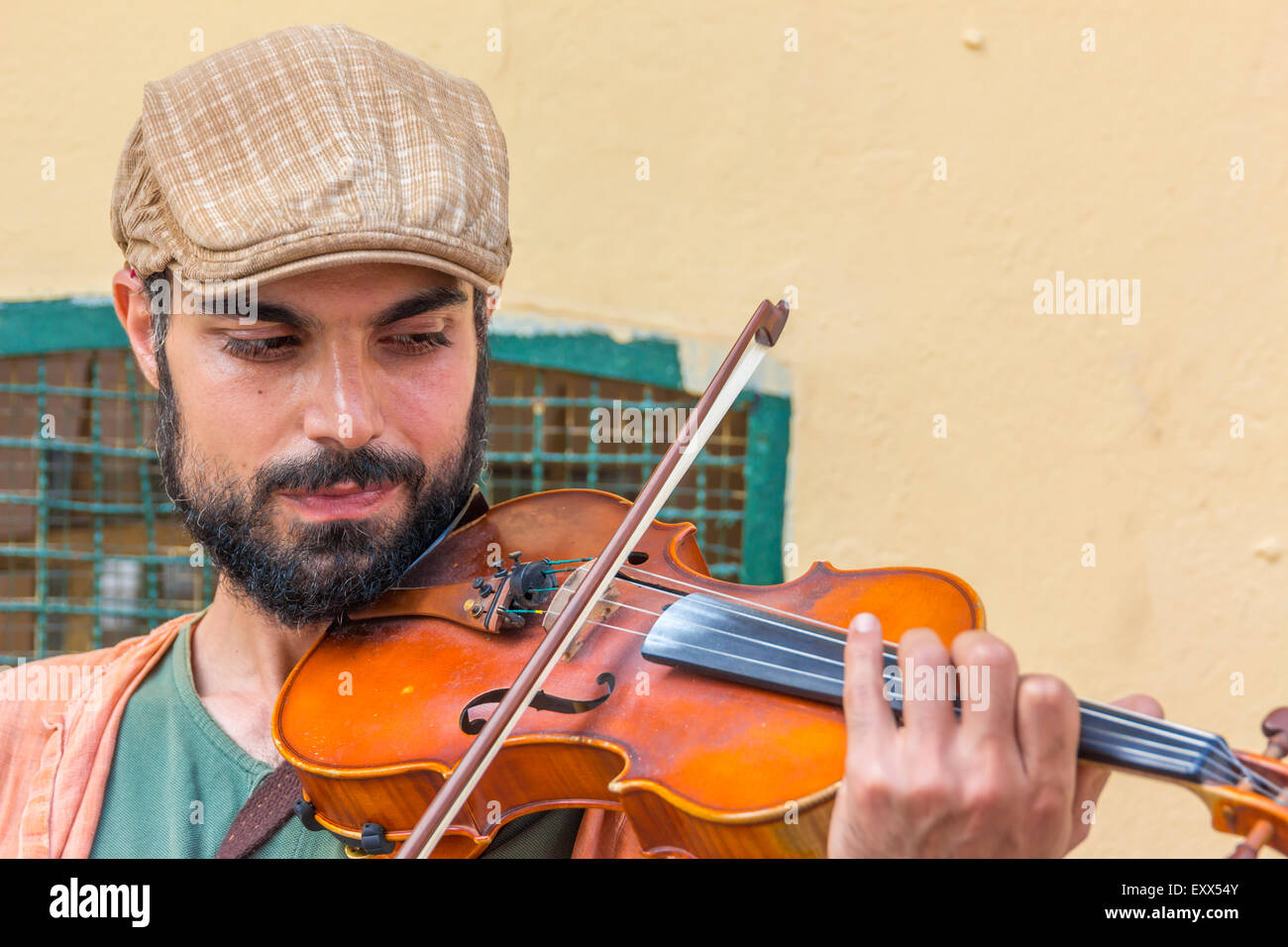 ISTANBUL, TURKEY - MAY 24: A violin man on the street on May 24, 2015 in Istanbul - Stock Image