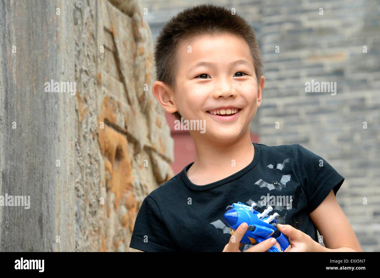 (150717) -- TAI'AN , July. 17, 2015 (Xinhua) --  A child appreciate the ancient architectures of Dai Temple - Stock Image