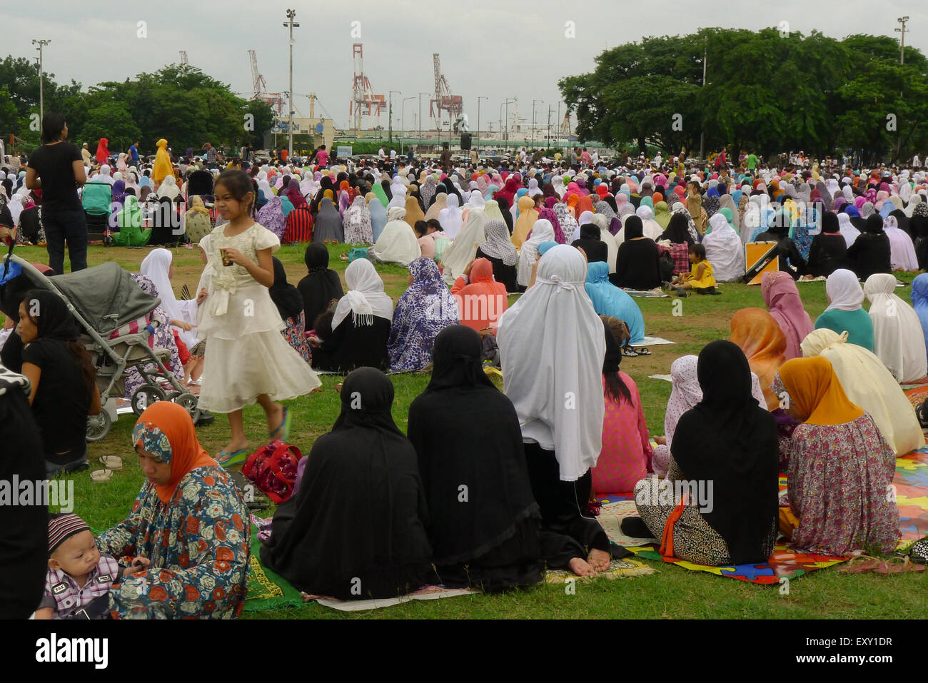 Manila, Philippines. 17th July, 2015. Hundreds of Muslim families gathered at grass lawn yard listening to their - Stock Image