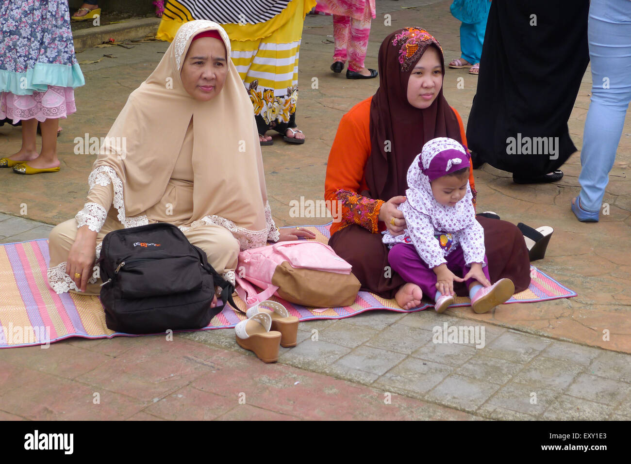 Manila, Philippines. 17th July, 2015. Muslim families enjoyed doing sightseeing while slumped on the park's - Stock Image