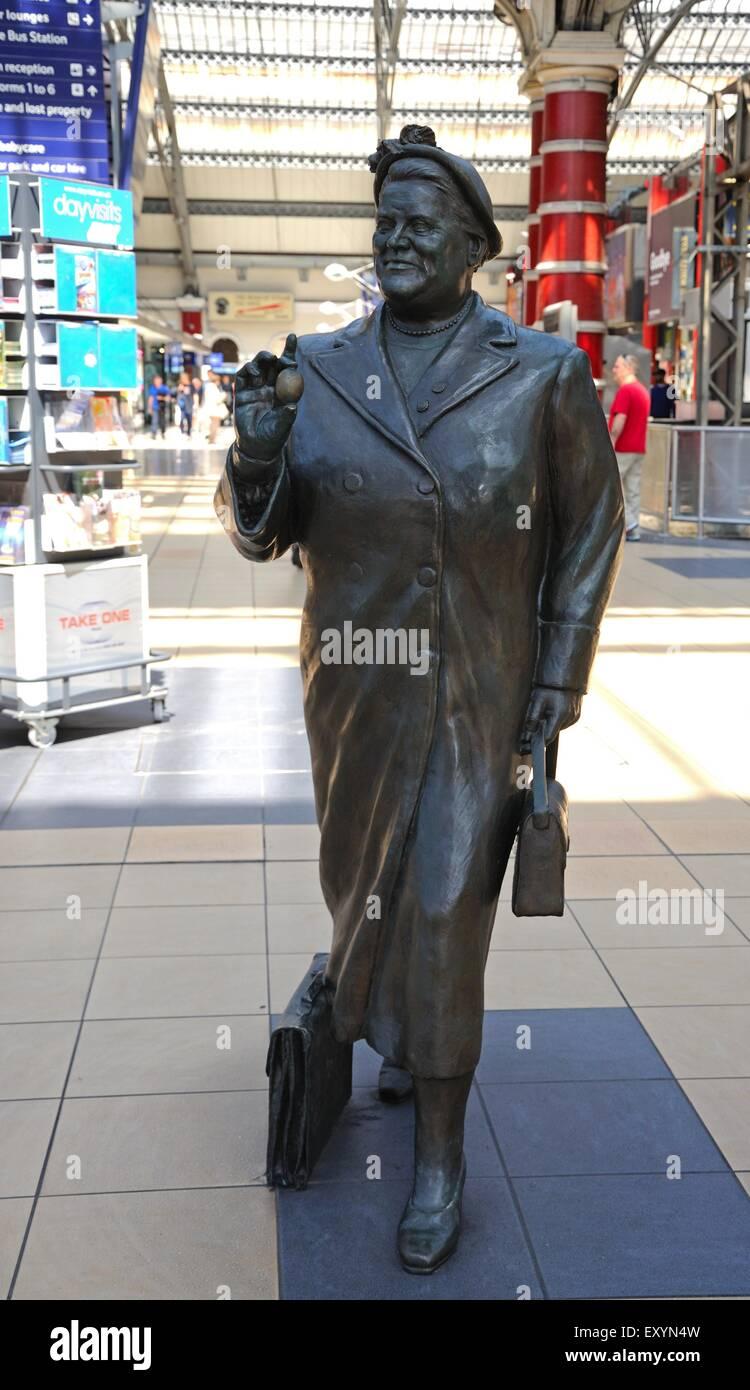 Statue of Bessie Braddock inside Lime Street Railway Station, Liverpool, Merseyside, England, UK, Western Europe. - Stock Image