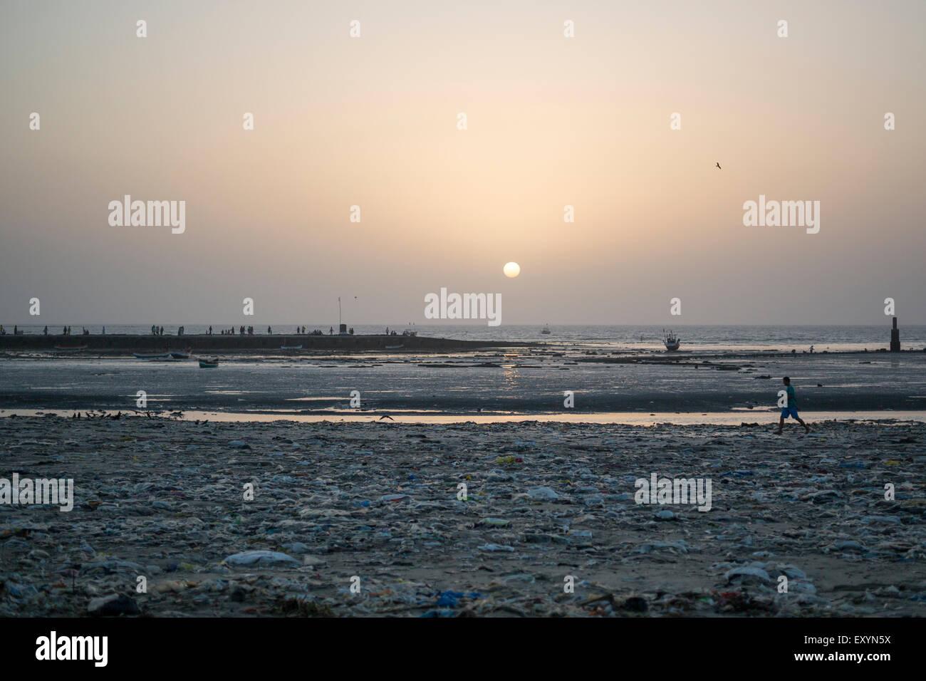 Garbage & plastic lying on a dirty beach in Mumbai, India. - Stock Image