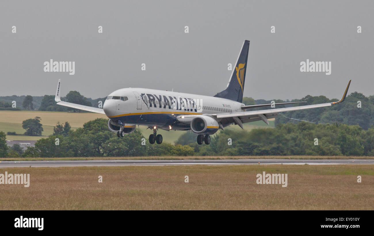 Ryanair Boeing 737 EI-DYZ coming into land at London-Luton Airport LTN - Stock Image