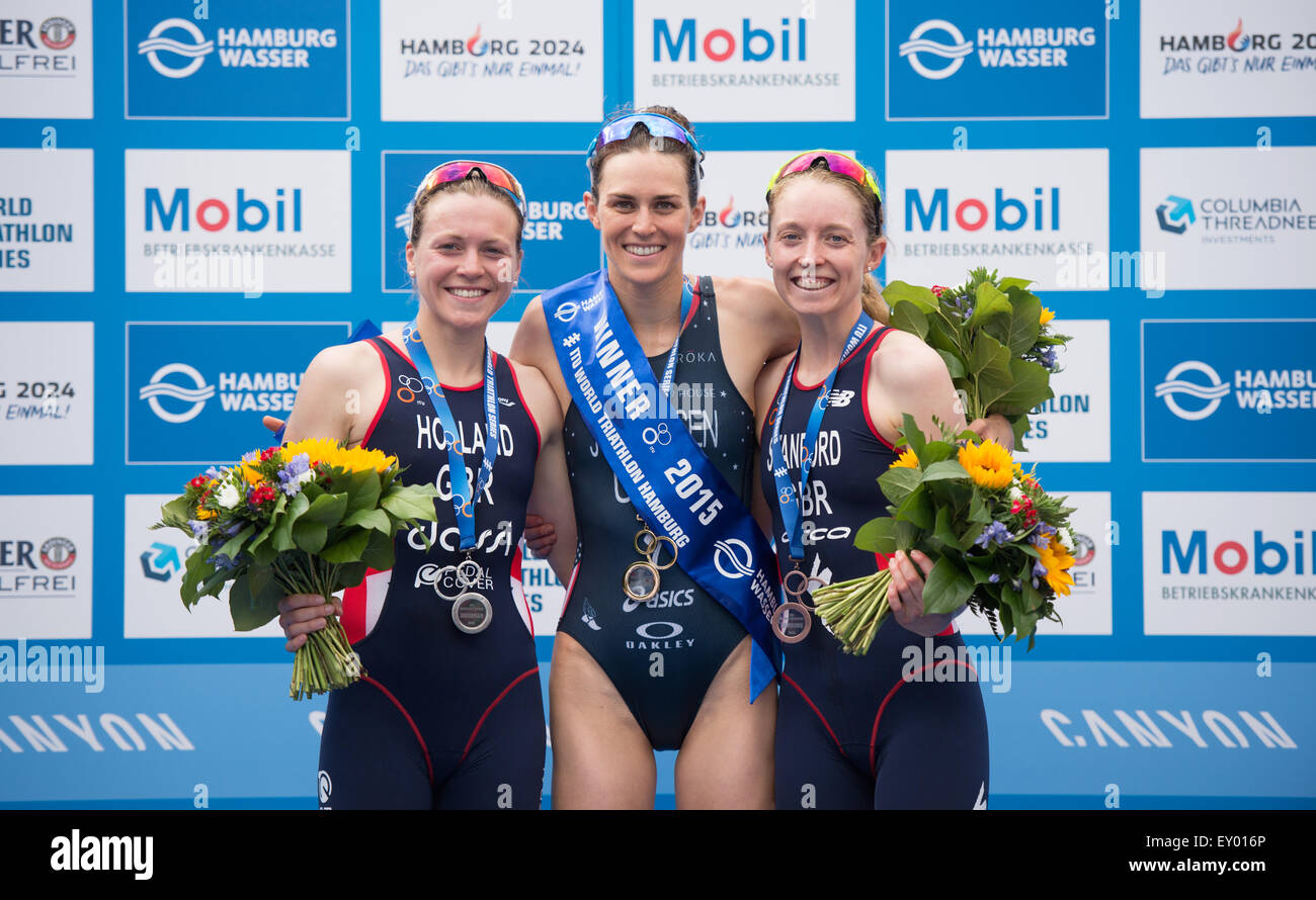 Hamburg, Germany. 18th July, 2015. Gwen Jorgensen (C) of the USA poses with second placed Vicky Holland (L) and - Stock Image