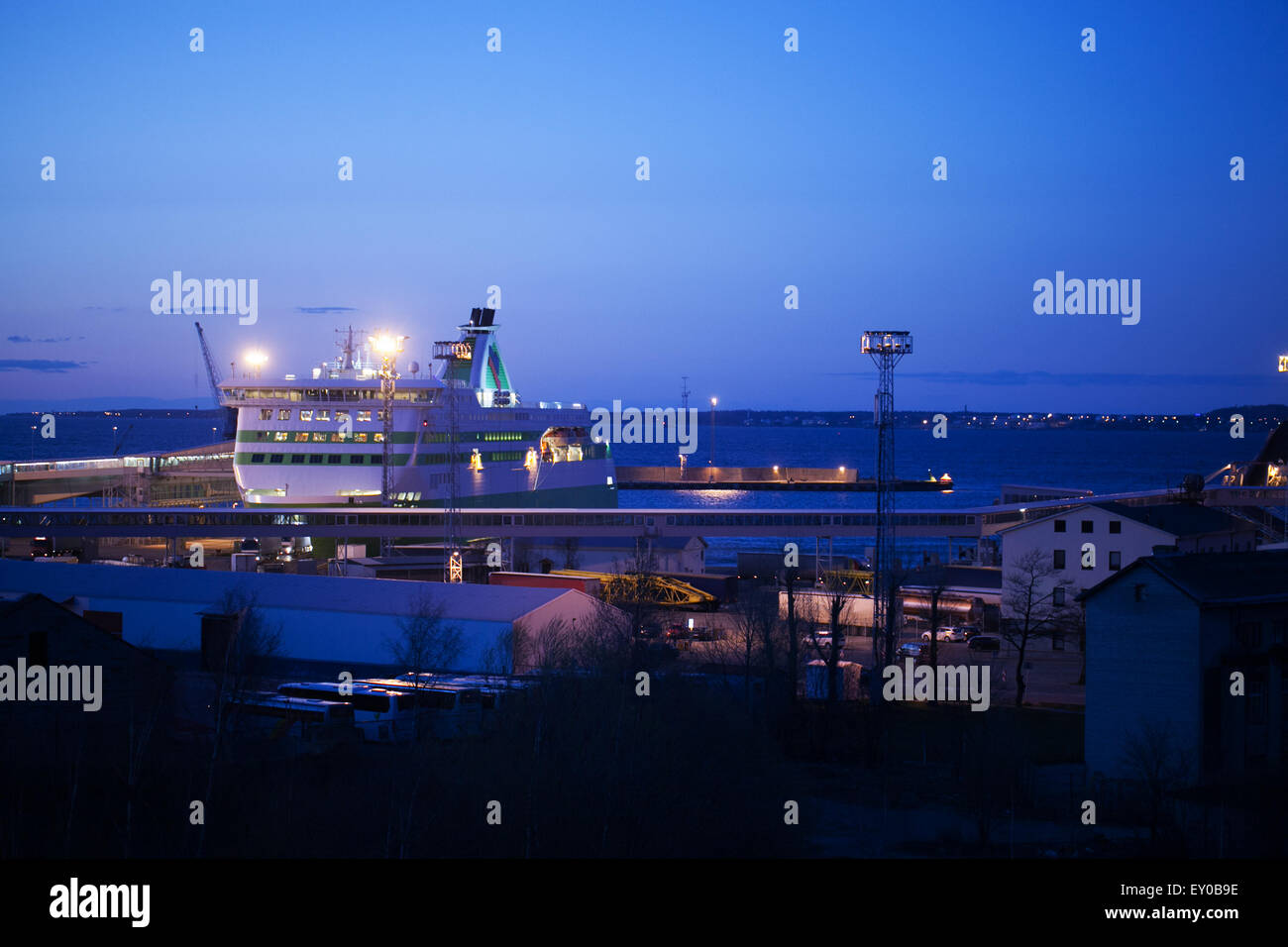Night view of a docked cruise liner - Stock Image