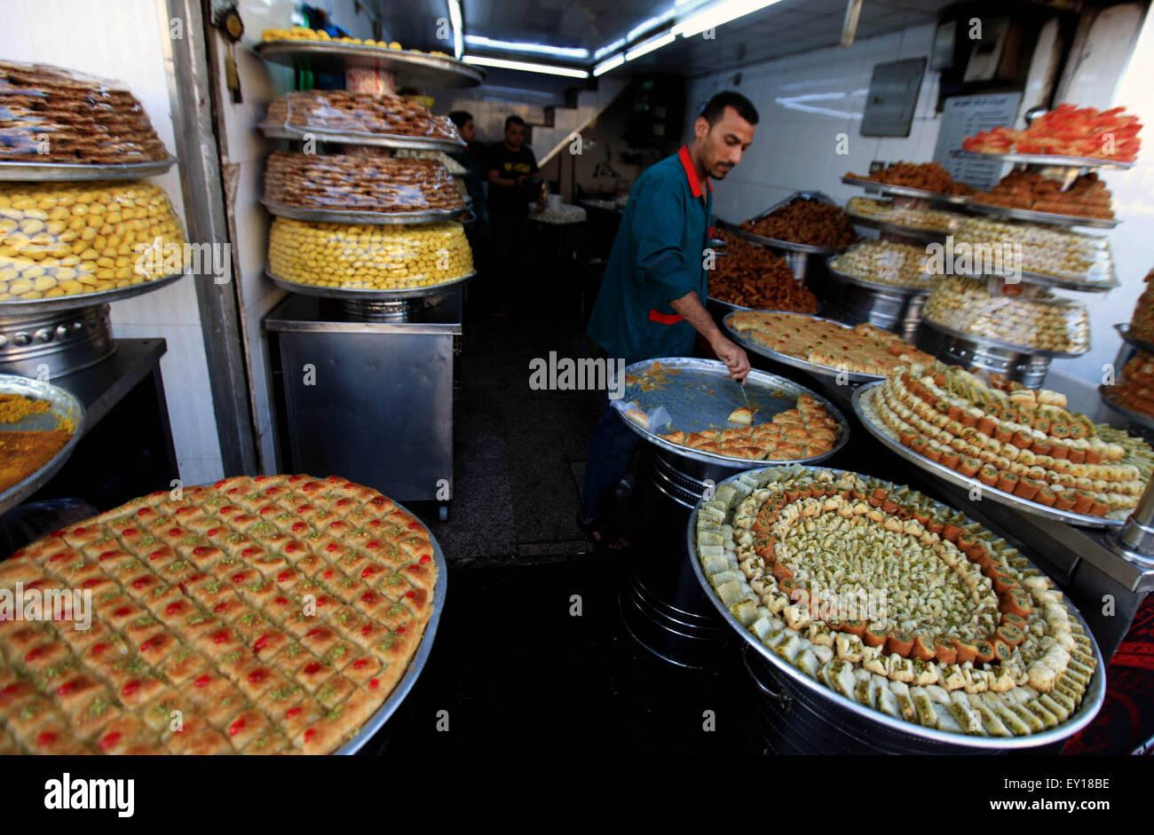 Best Jordan Eid Al-Fitr Food - amman-jordan-19th-july-2015-a-jordanian-man-sells-sweets-for-the-eid-EY18BE  Image_708275 .jpg