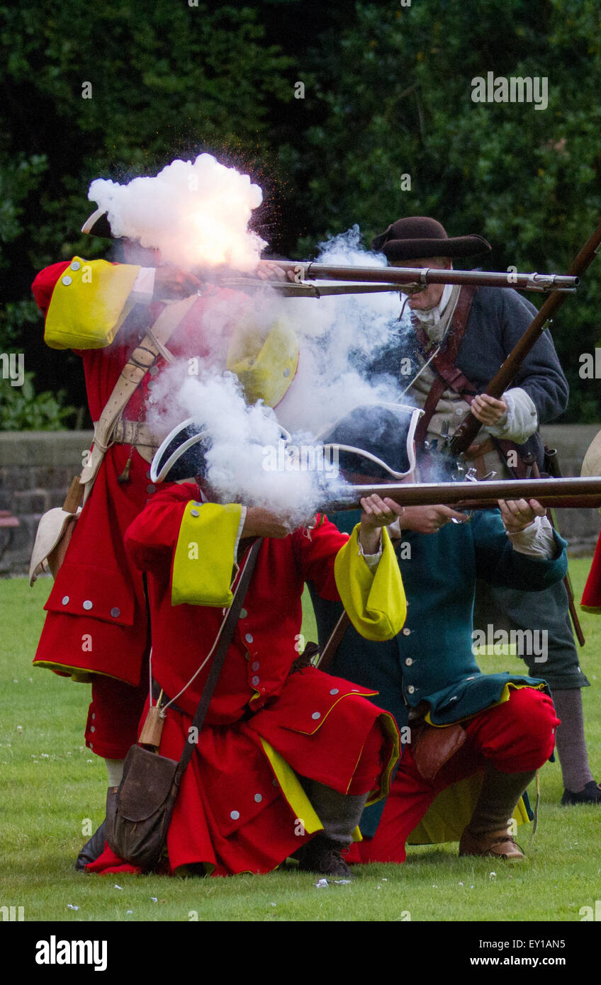 Hoghton Towers, Chorley, Lancashire, UK.19th July, 2015.   Soldiers & Musketeers firing at the Battle of Preston Stock Photo