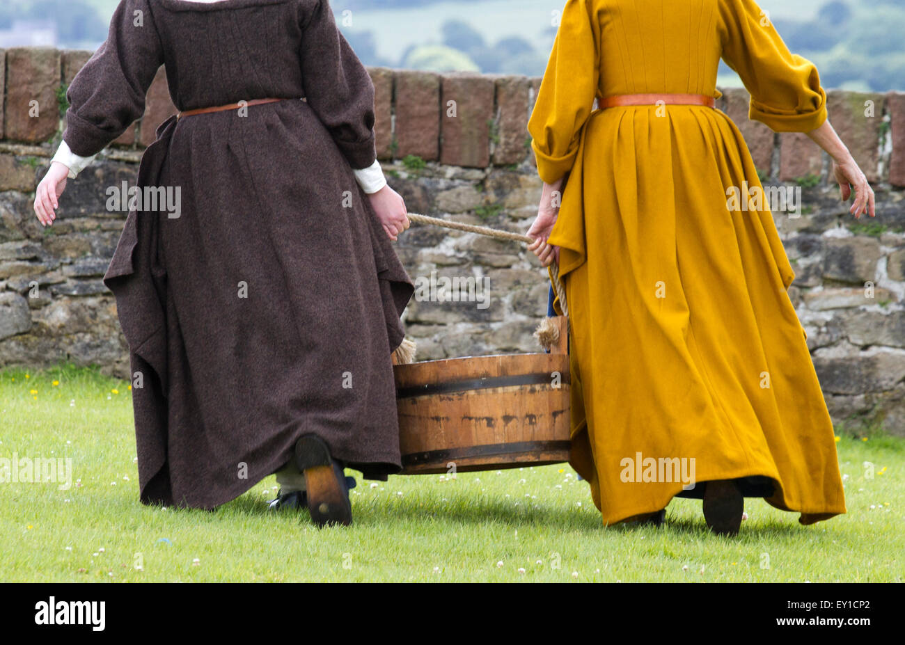 Hoghton Towers, Chorley, Lancashire, UK.19th July, 2015.   Women carrying water at the Battle of Preston – the last Stock Photo