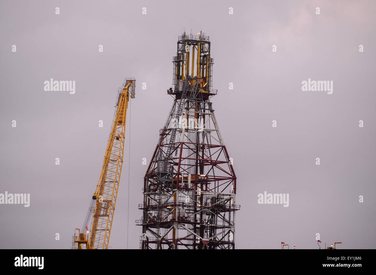 Oil Drilling Rig Silhouette Stock Photo: 85473814 - Alamy