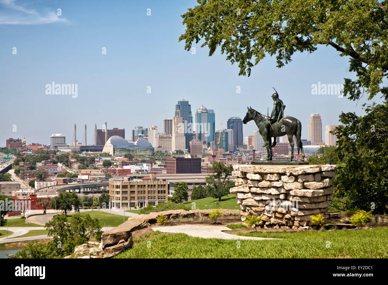 Kansas City, Missouri Skyline and 'The Scout' Statue - Stock Image