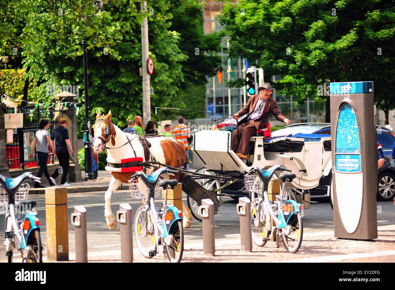 An Irish horse drawn taxi moving through the centre of Dublin. - Stock Image