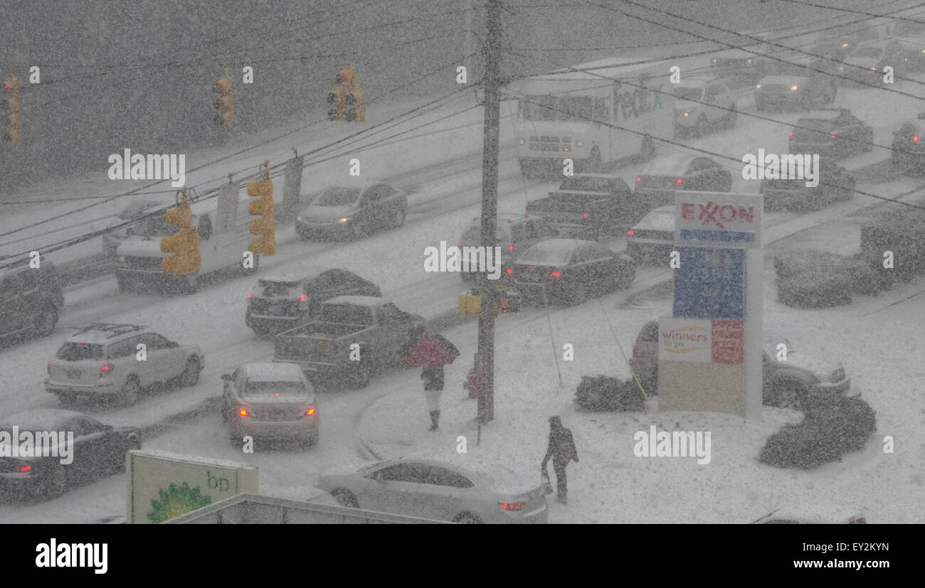 Traffic paralyzed by a minimum of snow in the southern town of Durham, NC - Stock Image