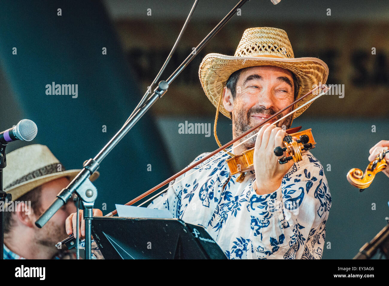 Gateshead, UK - 18th July 2015 - Sir Bradley Creswick & the RNS Allstar Strings performing at the Summertyne - Stock Image