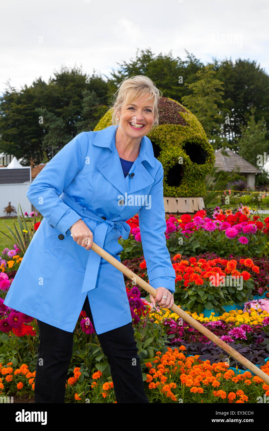 Tatton, Cheshire, UK. 21st July, 2015. Carol Kirkwood, BBC weather presenter at the RHS Flower Show garden 'The - Stock Image