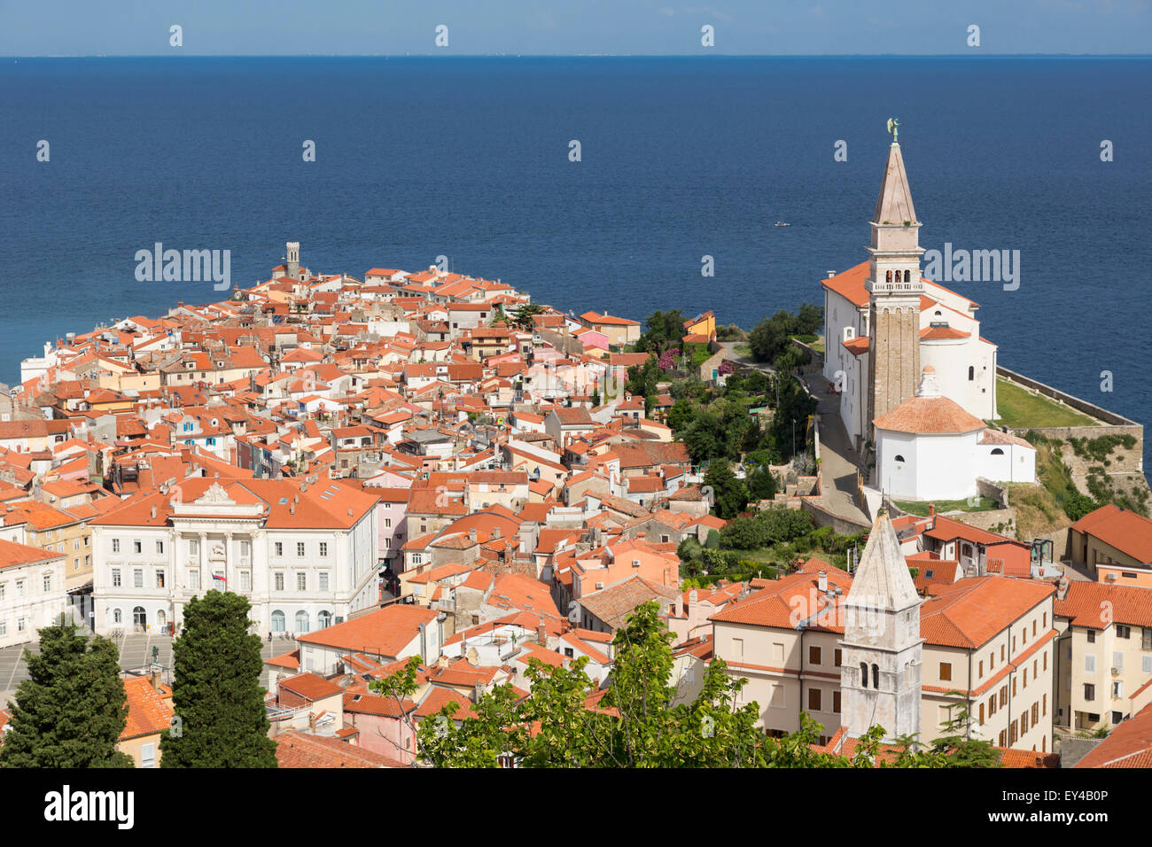 Piran, Primorska, Slovenia. Overall view of the town and of St. George's cathedral from the Town Walls. - Stock Image
