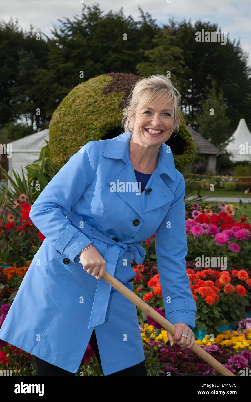 Tatton Park, Cheshire, UK 21st July, 2015 Carol Kirkwood, BBC weather presenter at the RHS Flower Show garden 'The - Stock Image