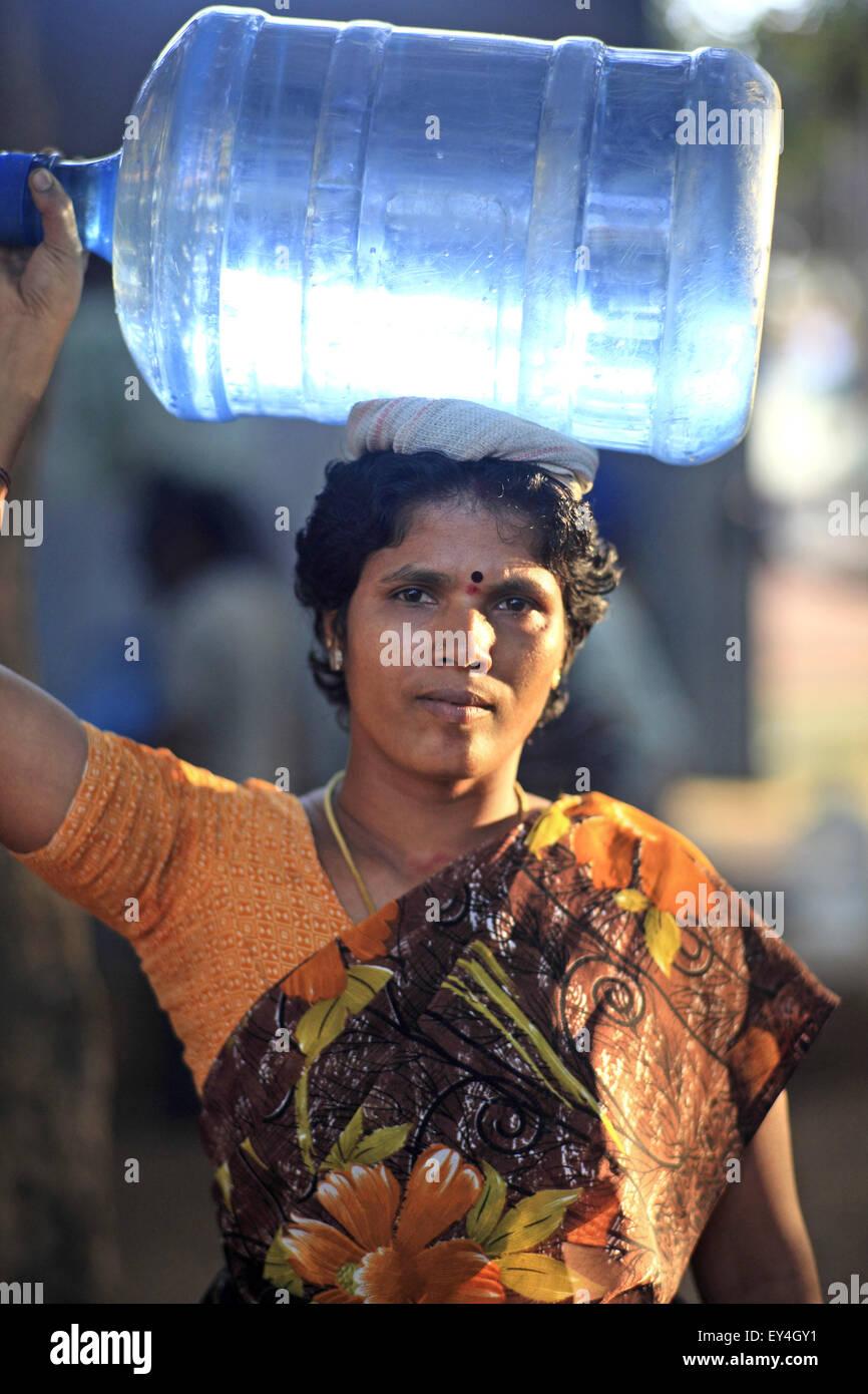 Bangalore, Karnataka, India. 24th Nov, 2012. 24 nov. 2012 : Hebbagodi, Bangalore.Women of Hebbagodi village carry - Stock Image