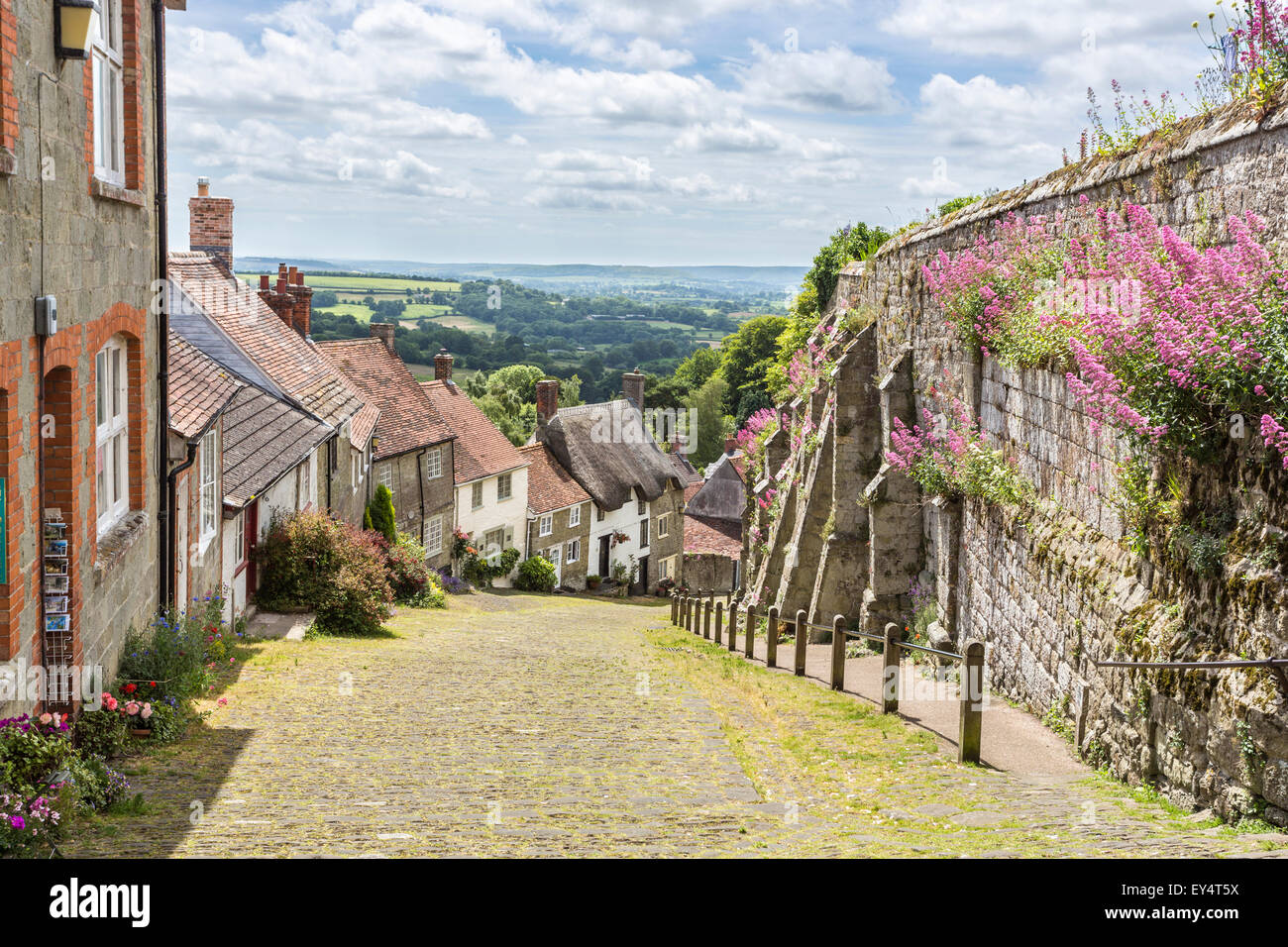 Cottages on Gold Hill, Shaftesbury, Dorset, south-west England in summer, the location for the classic Ridley Scott - Stock Image