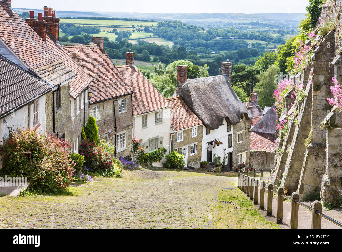 Gold Hill, Shaftesbury, Dorset, south-west England in summer, the location for the classic Ridley Scott Hovis brown - Stock Image