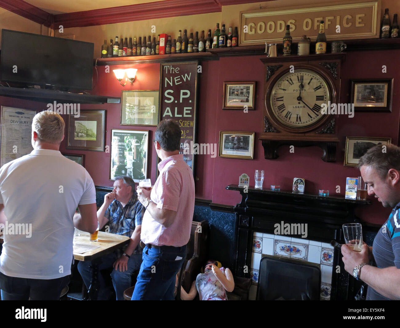 West Riding Pub, Dewsbury Railway Station, West Yorkshire, England, UK with drinkers - Stock Image