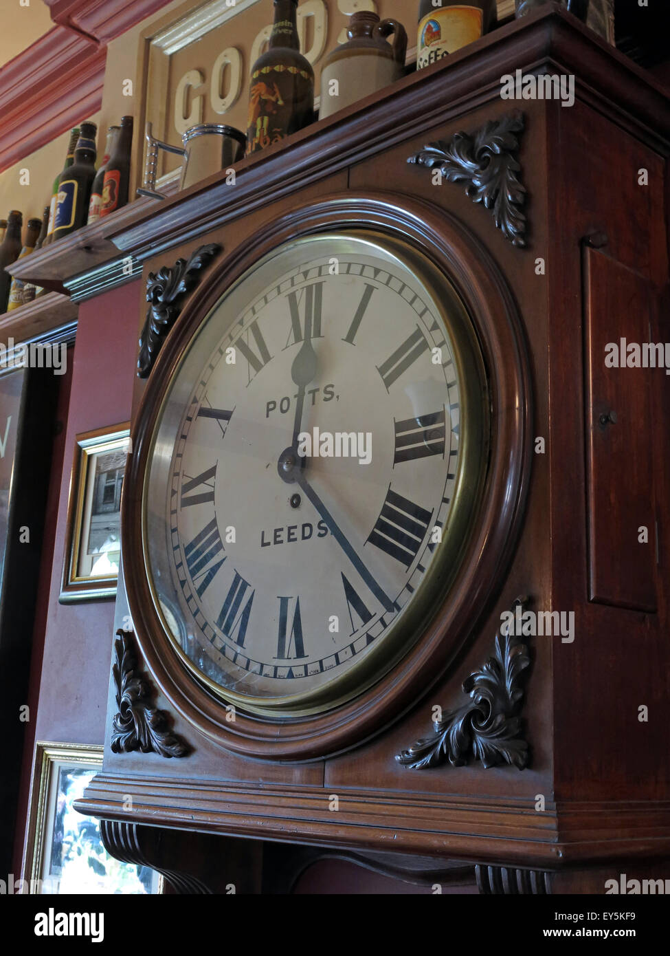 West Riding Pub, Dewsbury Railway Station, West Yorkshire, England, UK - Potts Timepiece - Stock Image