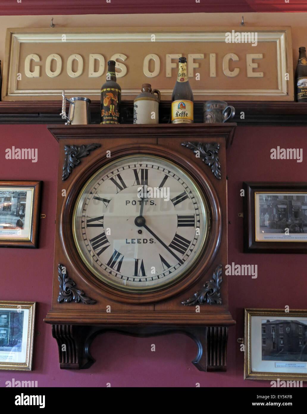 West Riding Pub, Dewsbury Railway Station, West Yorkshire, England, UK - Goods Office Clock - Stock Image