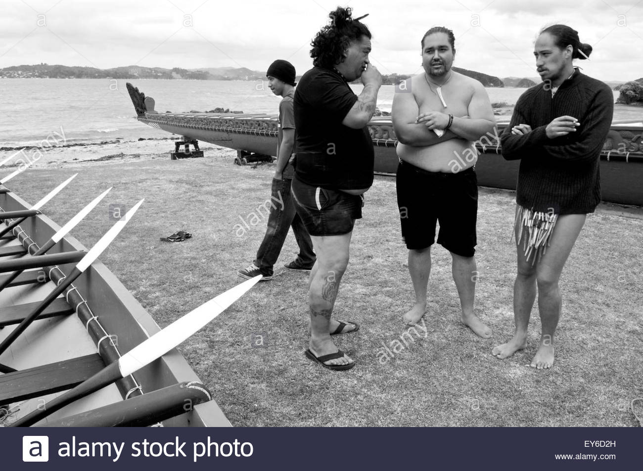 Discussion between three Maori participating in Waitangi Day annual commemorations on Waitangi Treaty Grounds, Bay - Stock Image