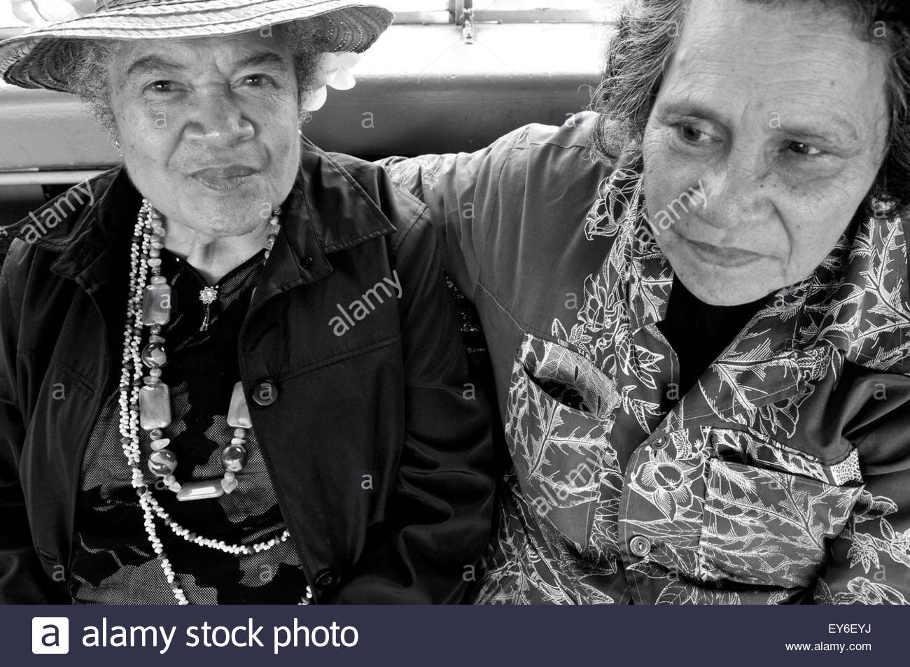 Portrait of two Maori women sitting on a bench in downtown Auckland, North Island, New Zealand Stock Photo