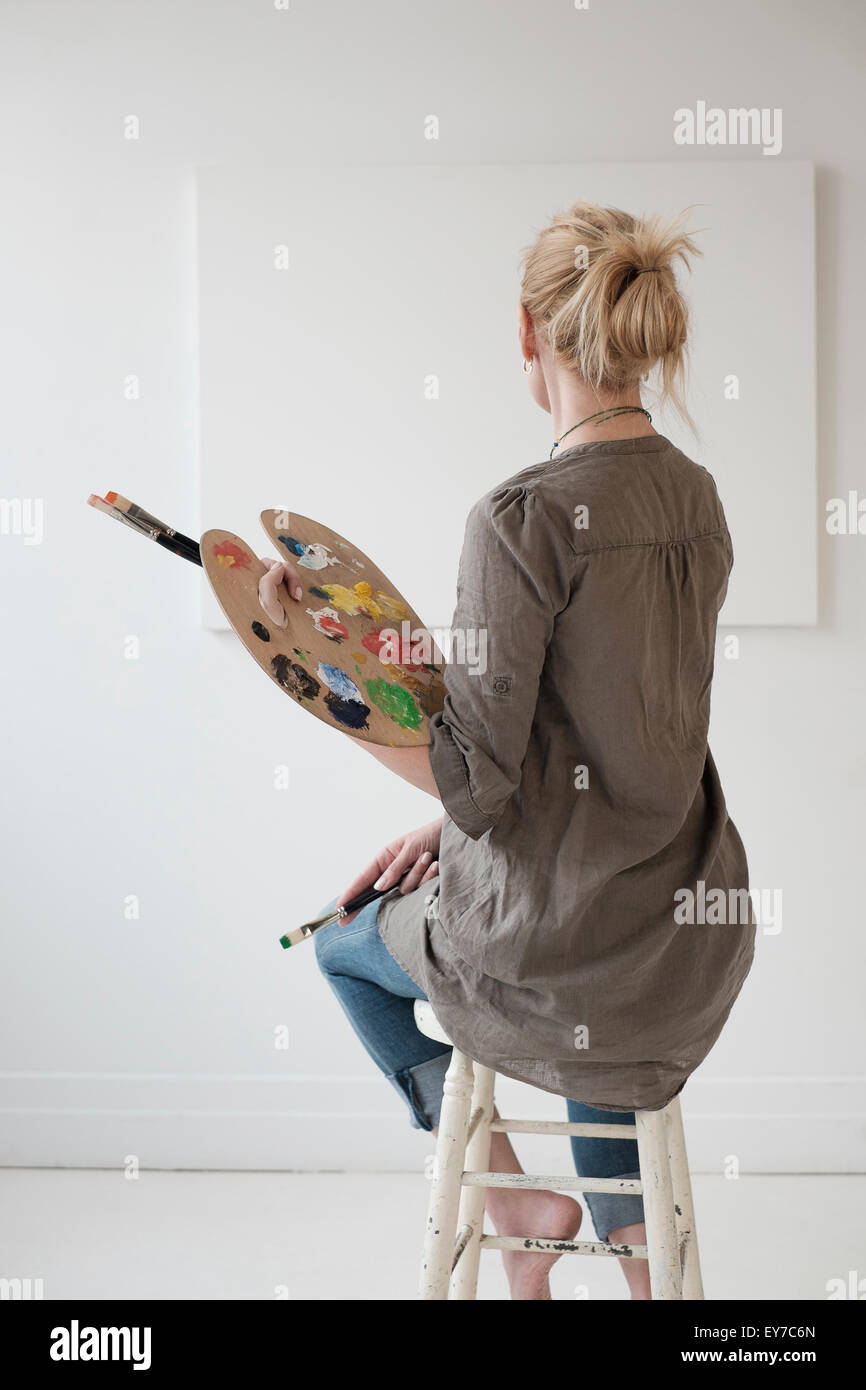 Female artist painting in studio - Stock Image