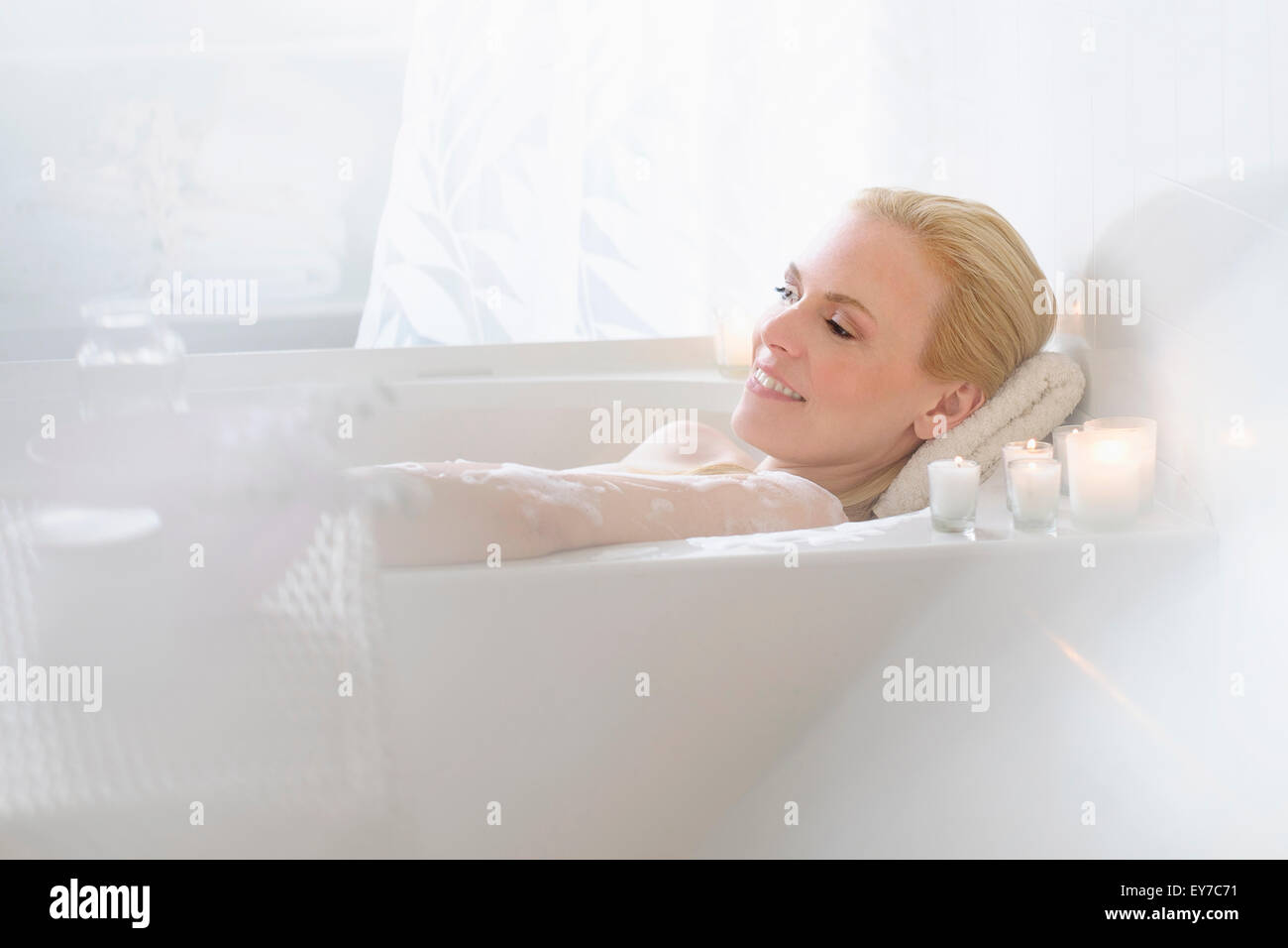 Woman relaxing in bath - Stock Image