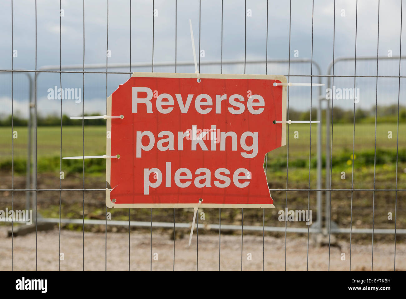 Reverse Parking Please sign attached to a fence - Stock Image
