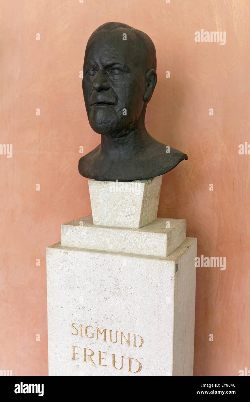 Sigmund Freud bust in the arcaded courtyard of the University of Vienna, Ringstraße, Vienna, Austria - Stock Image