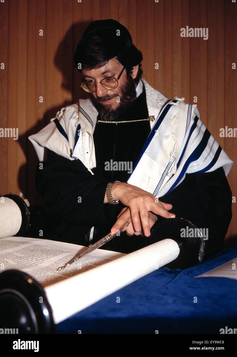 Rabbi Neil Kraft in a Reform synagogue, reading the torah scrolls - Stock Image