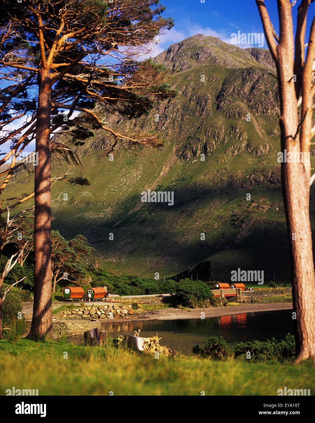 Mobile Homes At A Lakeside In Front Of A Mountain, Doo Lough Pass, County Mayo, Republic Of Ireland - Stock Image