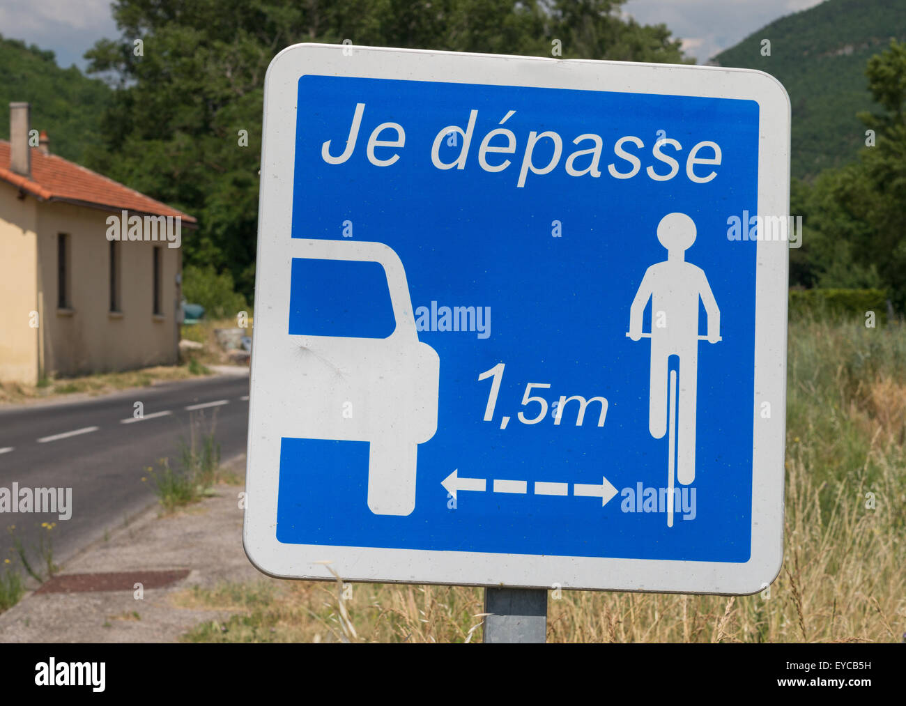 French road safety sign  Je dépasse 1.5 m.  I allow at least 1,5 m when passing cyclists, Millau, France, Europe Stock Photo