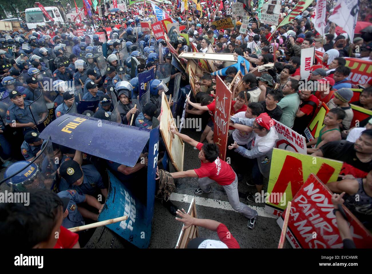 Quezon City, Philippines. 27th July, 2015. Policemen and activists clash during a protest rally in Quezon City, - Stock Image