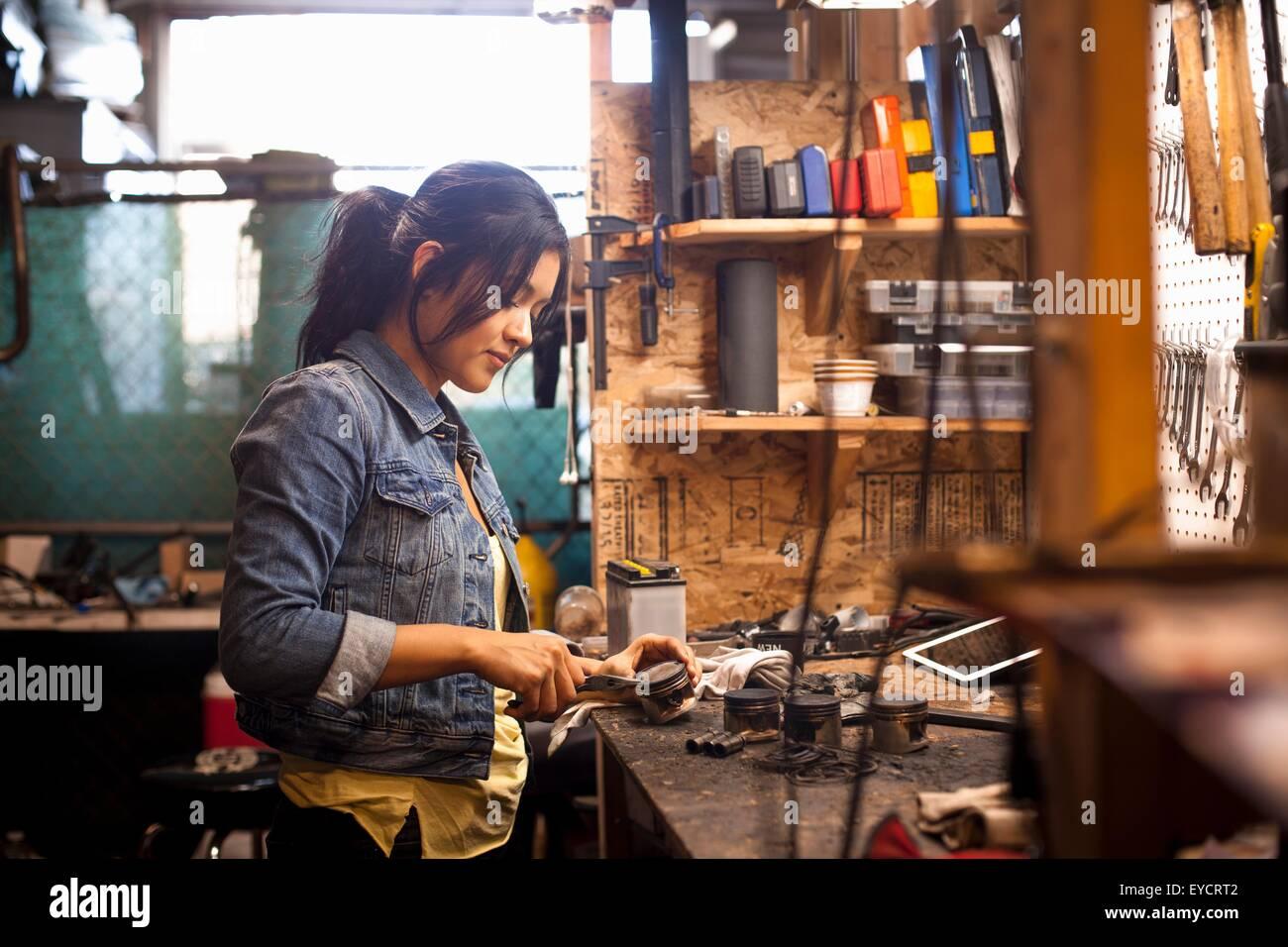 Female mechanic in workshop - Stock Image