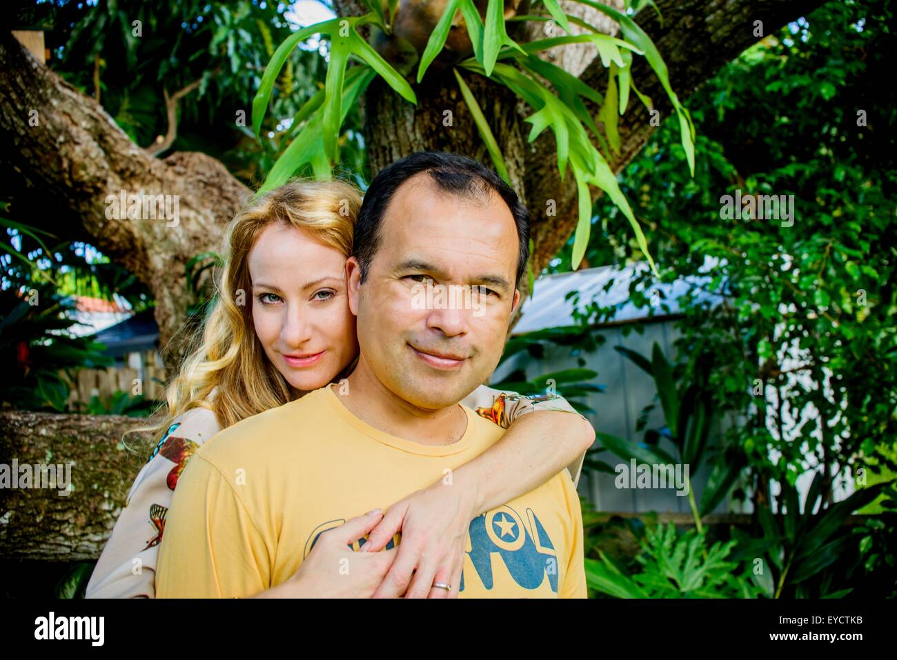 Portrait of mature couple in garden - Stock Image