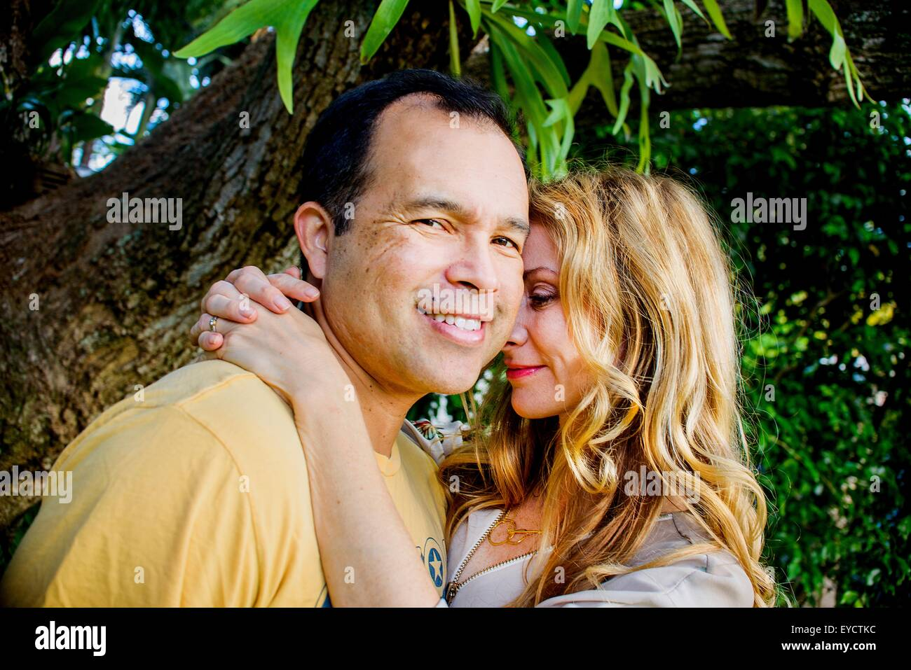 Portrait of affectionate mature couple in garden - Stock Image