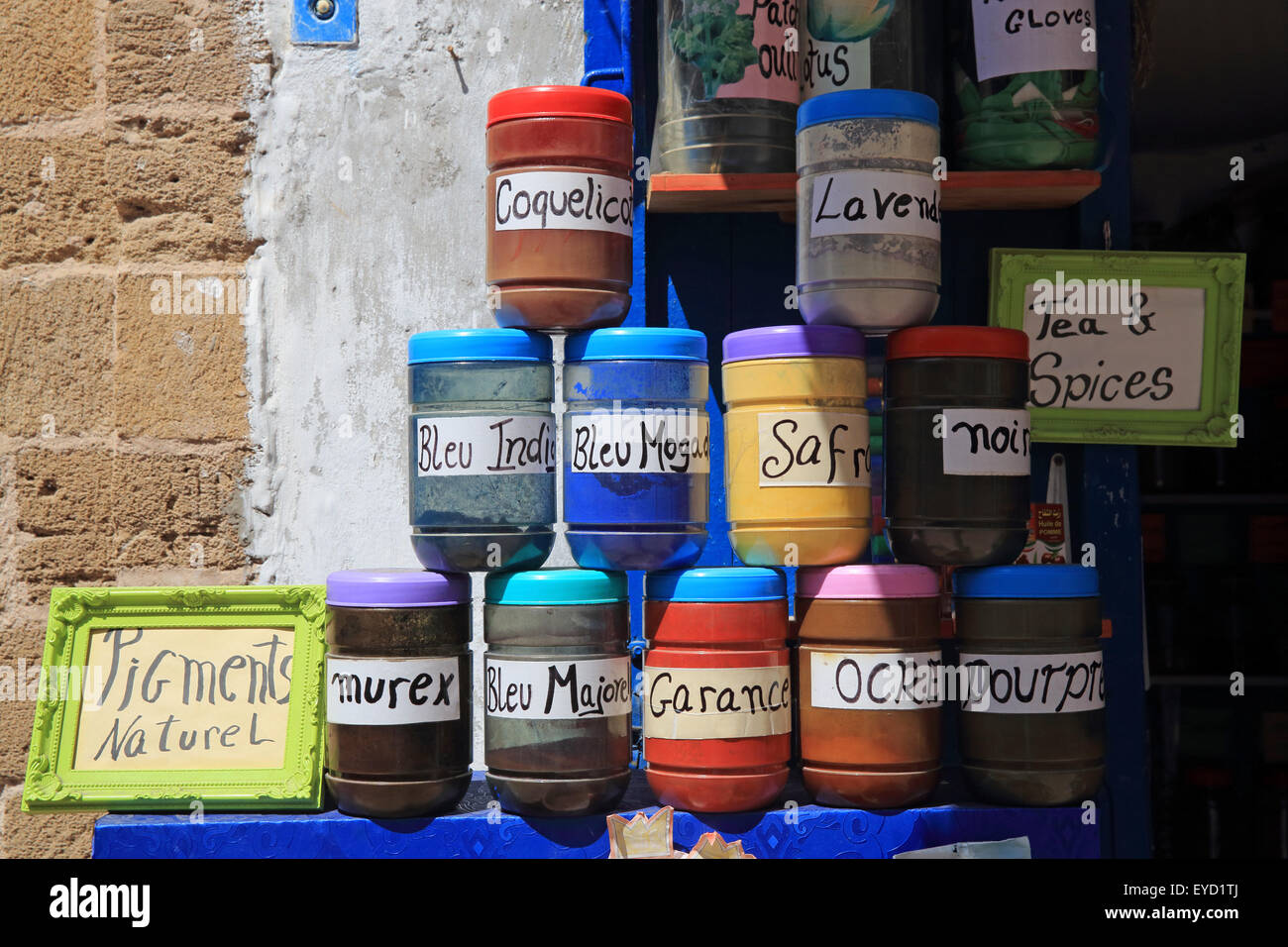 Shop selling traditional spices and pigments, in the UNESCO listed medina, in Essaouira, Morocco, North Africa - Stock Image