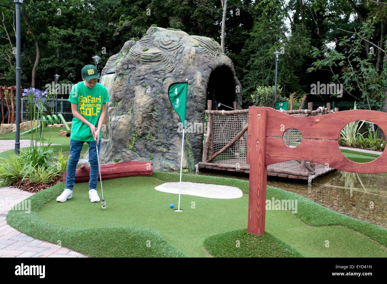 Hersham Uk 27th July 2015 Harry Traviss Attempts To Hole Out A Stock Photo Alamy